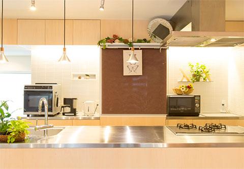 木のぬくもりとステンレスの清潔感の融合したキッチン